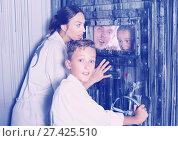 Купить «Family is helping dad and girl get out of the locked door», фото № 27425510, снято 3 августа 2017 г. (c) Яков Филимонов / Фотобанк Лори