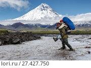 Купить «Мужчина переносит девушку через горную реку с рюкзаком за плечами», фото № 27427750, снято 18 августа 2018 г. (c) А. А. Пирагис / Фотобанк Лори