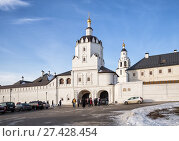 Купить «The Holy Gates and the Gate Church of the Assumption Monastery in Sviyazhsk. People crowd near the monastery», фото № 27428454, снято 5 января 2018 г. (c) Юлия Бабкина / Фотобанк Лори