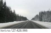 Движение автомобиля по пустой зимней дороге. Стоковое видео, видеограф Кекяляйнен Андрей / Фотобанк Лори