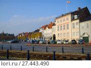 Купить «Ноябрьское утро на городской площади. Хельсингер, Дания», фото № 27443490, снято 2 ноября 2014 г. (c) Виктор Карасев / Фотобанк Лори
