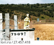Купить «Hunter statue on a crop field», фото № 27457418, снято 23 апреля 2019 г. (c) age Fotostock / Фотобанк Лори
