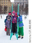 Купить «Ребенок пробует ходить на ходулях во время празднования Масленицы. Санкт-Петербург», фото № 27460890, снято 25 февраля 2017 г. (c) Кекяляйнен Андрей / Фотобанк Лори