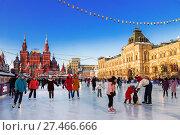 Купить «Люди на катке на Красной площади в Москве, Россия», фото № 27466666, снято 8 декабря 2017 г. (c) Наталья Волкова / Фотобанк Лори