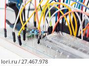 Купить «Беспаечная макетная плата, доска для прототипирования с проводами», фото № 27467978, снято 12 декабря 2017 г. (c) Алексей Букреев / Фотобанк Лори