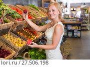 Купить «Woman shopping veggies», фото № 27506198, снято 27 мая 2019 г. (c) Яков Филимонов / Фотобанк Лори
