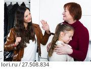 Female saying goodbye to senior woman with crying girl. Стоковое фото, фотограф Яков Филимонов / Фотобанк Лори