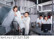 Купить «men and women solve a conundrum in the laboratory», фото № 27521526, снято 6 июля 2017 г. (c) Яков Филимонов / Фотобанк Лори