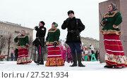 Купить «Артисты поют на улице на сцене во время празднования Масленицы. Санкт-Петербург», видеоролик № 27521934, снято 24 января 2018 г. (c) Кекяляйнен Андрей / Фотобанк Лори