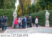 Купить «Экскурсия среди античных статуй в Летнем саду. Санкт-Петербург», фото № 27526474, снято 15 октября 2017 г. (c) Румянцева Наталия / Фотобанк Лори