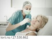 Купить «Mature female receiving cosmetic injection», фото № 27530862, снято 28 июля 2017 г. (c) Яков Филимонов / Фотобанк Лори