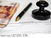 Купить «Пора платить налоги. Шариковая ручка, печать организации, пятитысячные деньги и налоговая декларация на вменённый доход», эксклюзивное фото № 27531178, снято 29 января 2018 г. (c) Игорь Низов / Фотобанк Лори
