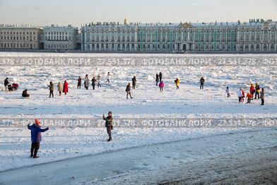 Купить «Нева покрыта торосами. Люди гуляют по льду и фотографируются», фото № 27531378, снято 31 января 2018 г. (c) Юлия Бабкина / Фотобанк Лори