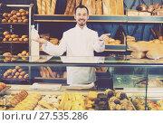 Купить «Adult male pastry maker demonstrating pastry», фото № 27535286, снято 26 января 2017 г. (c) Яков Филимонов / Фотобанк Лори