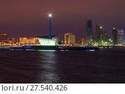 Купить «Современный маяк в Бакинской бухте. Ночной Баку, Азербайджан», фото № 27540426, снято 29 декабря 2017 г. (c) Виктор Карасев / Фотобанк Лори