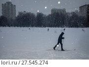 Купить «Аномальный снегопад на фоне домов в спальном районе города Москвы, Россия», фото № 27545274, снято 3 февраля 2018 г. (c) Николай Винокуров / Фотобанк Лори