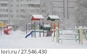 Купить «children's play complex near house during blizzards», видеоролик № 27546430, снято 4 февраля 2018 г. (c) Володина Ольга / Фотобанк Лори