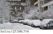 Купить «Row of snow-covered cars along the sidewalk near house. Moscow, Russia», видеоролик № 27546714, снято 31 января 2018 г. (c) Володина Ольга / Фотобанк Лори