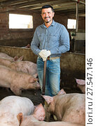 Купить «Mature farmer in hangar with hogs», фото № 27547146, снято 16 октября 2018 г. (c) Яков Филимонов / Фотобанк Лори