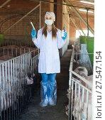 Купить «Female veterinarian with syringe», фото № 27547154, снято 21 октября 2018 г. (c) Яков Филимонов / Фотобанк Лори