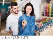 Купить «friendly couple examining various paints in paint store», фото № 27547278, снято 9 марта 2017 г. (c) Яков Филимонов / Фотобанк Лори