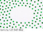 Купить «День святого Патрика - белый деревянный фон с искусственными листьями клевера-четырехлистника, круглая рамка для поздравительного текста», фото № 27547862, снято 2 марта 2017 г. (c) Зезелина Марина / Фотобанк Лори