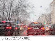 Поток машин сквозь мокрое стекло в расфокусе (2018 год). Стоковое фото, фотограф Victoria Demidova / Фотобанк Лори