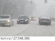 Купить «Автомобили на Щёлковском шоссе в снежную бурю», эксклюзивное фото № 27548386, снято 4 февраля 2018 г. (c) Дмитрий Неумоин / Фотобанк Лори