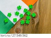 Купить «День святого Патрика. Ирландский флаг и четырехлистный клевер на деревянном фоне», фото № 27549562, снято 4 февраля 2018 г. (c) Зезелина Марина / Фотобанк Лори