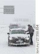 Купить «Москва, автомобилисты остановились на обочине очищая стеклоочистители автомобиля от снега», эксклюзивное фото № 27550854, снято 4 февраля 2018 г. (c) Дмитрий Нейман / Фотобанк Лори