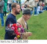 PYATIGORSK, RUSSIA - MAY 09, 2017: young man supports an elderly man. Редакционное фото, фотограф Ирина Аринина / Фотобанк Лори