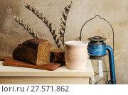Купить «Молоко в керамическом горшке и ржаной хлеб. Натюрморт в деревенском стиле», фото № 27571862, снято 25 января 2018 г. (c) Вадим Орлов / Фотобанк Лори