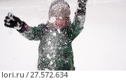 Купить «Beautiful Joyful preschooler boy having fun with snow. Winter wonderland», видеоролик № 27572634, снято 6 февраля 2018 г. (c) Ирина Мойсеева / Фотобанк Лори