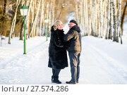 Счастливая пара.Немолодые мужчина и женщина зимой на улице стоят на дороге. Стоковое фото, фотограф Игорь Низов / Фотобанк Лори
