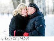 Купить «Счастливая семья. Влюблённые мужчина и женщина среднего возраста стоят в обнимку на прогулке в зимним лесу», эксклюзивное фото № 27574650, снято 23 января 2018 г. (c) Игорь Низов / Фотобанк Лори