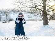 Купить «Портрет молодой девушки зимой на фоне дерева при закатном солнце», эксклюзивное фото № 27574654, снято 23 января 2018 г. (c) Игорь Низов / Фотобанк Лори