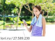 Купить «Sporty girl listen to music with smartphone», фото № 27589230, снято 26 июня 2019 г. (c) PantherMedia / Фотобанк Лори