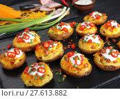Купить «potatoes loaded with cheese, bacon, cream», фото № 27613882, снято 3 февраля 2018 г. (c) Oksana Zh / Фотобанк Лори
