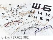 """""""Носить очки или не носить?"""". Очки и таблица для проверки зрения (2018 год). Редакционное фото, фотограф Юрий Морозов / Фотобанк Лори"""