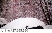 Купить «Cars covered with snow in a residential area of Moscow», видеоролик № 27635550, снято 7 февраля 2018 г. (c) Aleksandr Lutcenko / Фотобанк Лори