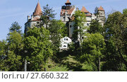 Купить «View of medieval Bran Castle commonly known as Dracula Castle, Romania», видеоролик № 27660322, снято 19 октября 2017 г. (c) Яков Филимонов / Фотобанк Лори
