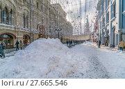 Купить «Никольская улица в снегу. Зимний день. Москва. Россия», эксклюзивное фото № 27665546, снято 6 февраля 2018 г. (c) Виктор Тараканов / Фотобанк Лори