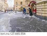 Сотрудники ГУМа чистят тротуар от снега (2018 год). Редакционное фото, фотограф Виктор Тараканов / Фотобанк Лори