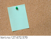 Купить «Blank green note pinned on cork board», фото № 27672570, снято 14 сентября 2018 г. (c) PantherMedia / Фотобанк Лори