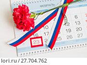 Купить «23 февраля, открытка на День защитника Отечества. Красная гвоздика, российский флаг и календарь с датой 23 февраля», фото № 27704762, снято 10 апреля 2017 г. (c) Зезелина Марина / Фотобанк Лори