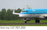 Купить «KLM Cityhopper Embraer 190 landing», видеоролик № 27707250, снято 27 июля 2017 г. (c) Игорь Жоров / Фотобанк Лори
