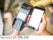 Купить «Customer pay with mobile phone», фото № 27708318, снято 23 июля 2018 г. (c) PantherMedia / Фотобанк Лори