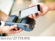 Купить «Customer pay the bill with smart phone», фото № 27719910, снято 23 июля 2018 г. (c) PantherMedia / Фотобанк Лори