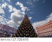 Купить «Christmas (New Year holidays) decoration Lubyanskaya (Lubyanka) Square in the evening, Moscow, Russia», фото № 27720610, снято 9 января 2018 г. (c) Владимир Журавлев / Фотобанк Лори