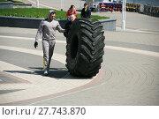 Купить «Тракторное колесо - снаряд на турнире по силовому экстриму», фото № 27743870, снято 9 мая 2017 г. (c) Марина Шатерова / Фотобанк Лори